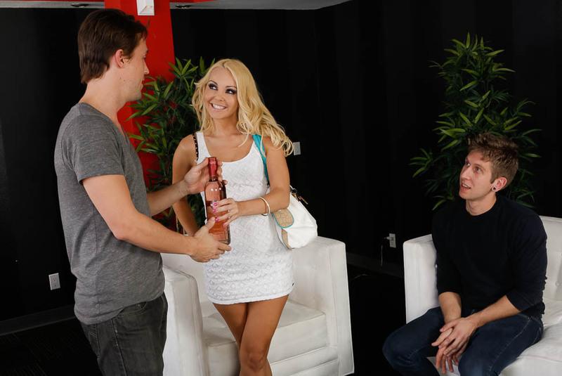 Счастливые минуты с молодой  блондинкой