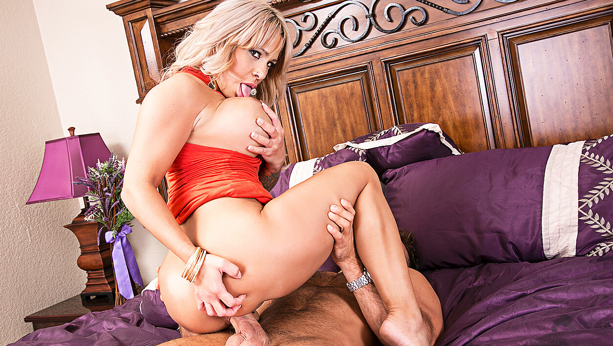 Alyssa Lynn fucking in the bed with her tits