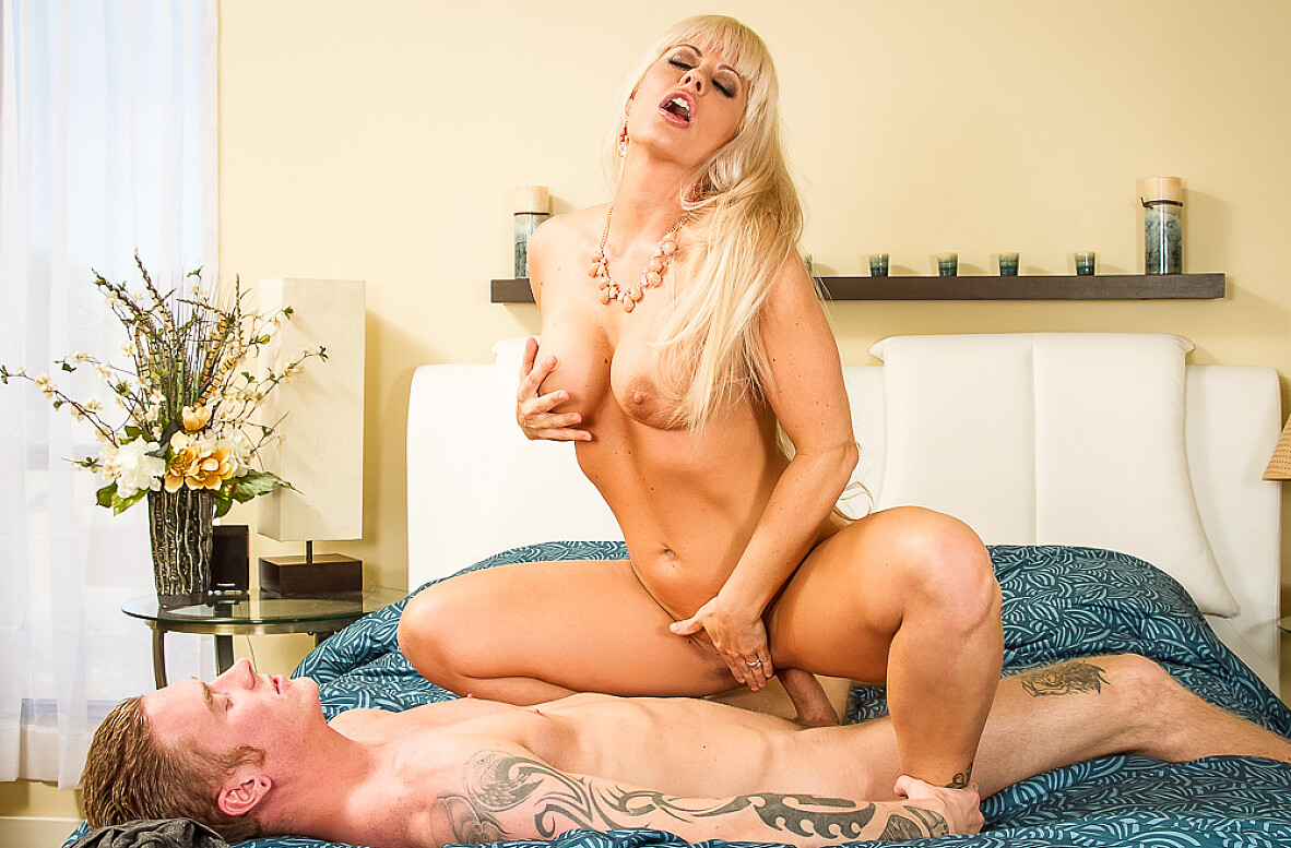 Watch Holly Heart and Richie Black 4K video in My Friend's Hot Mom