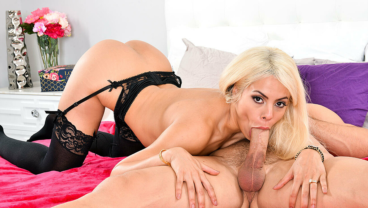 Blonde Luna Star fucking in the bed with her bubble butt